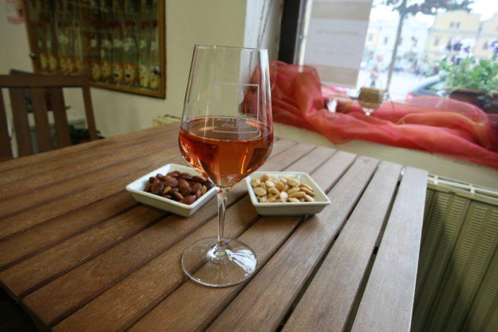 V nabídce vinotéky Dobrý ročník 33 Havlíčkův Brod najdeme vína z Moravy, vína z Čech, vína ze Španělska, vína z Partugalska, vína ze Slovenska, vína z Madeiry.