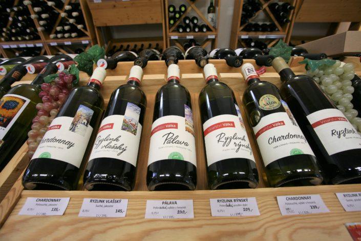 Vinotéka Dobrý ročník 33 Havlíčkův Brod prodává i bílá, červená, růžová a bio vína z Bio rodinného vinařství Válka z Nosislavi.