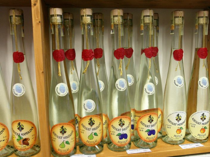 Koštické destiláty, které prodává vinotéka Dobrý ročník 33 Havlíčkův Brod, jsou minimálně rok staré destiláty, které se z nerezových tanků přečerpávají do dubových sudů, v nichž dále zrají.