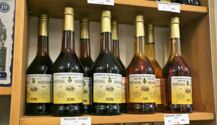 Originální Koštická medovina z rodinné farmy Karfíkův Dvůr je snoubením léčivé síly, vůně a tradice. Koštická medovina je farmářský výrobek, který je dostupný ve vinotéce Dobrý ročník 33 Havlíčkův Brod